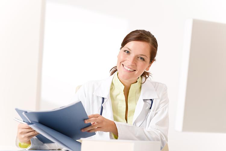 doctora-con-estetoscopio-leyendo-archivos