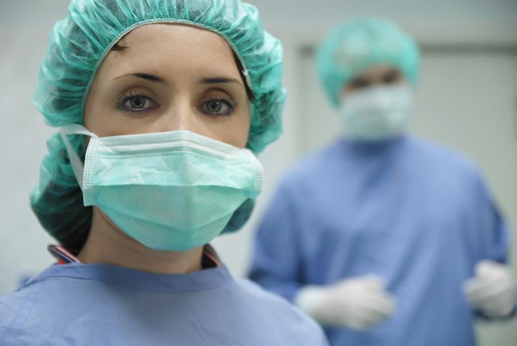 mujer-preparandose-cirugia